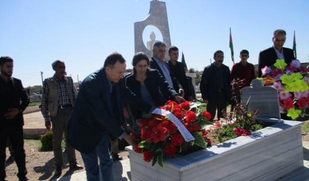 Délégation et Haytham Manna portant une gerbe de fleur au cimetière des martys de qamichli (nord Syrie), mars 2016.